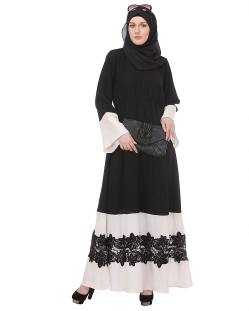 Closed black & white abaya with appliqu�